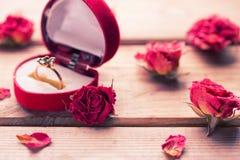 Bague de fiançailles d'or dans une boîte en forme de coeur Photo libre de droits