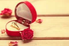 Bague de fiançailles d'or dans une boîte en forme de coeur Image libre de droits
