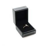 Bague de fiançailles dans le boîte-cadeau Photographie stock