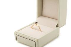 Bague de fiançailles dans le boîte-cadeau Image stock