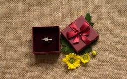 Bague de fiançailles dans le boîte-cadeau avec la marguerite Photo libre de droits