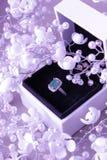 Bague de fiançailles dans un boîtier blanc Photos libres de droits