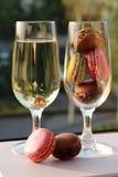 bague de fiançailles dans un verre de champagne Photos stock