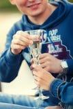 bague de fiançailles dans un verre de champagne Image libre de droits