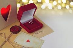Bague de fiançailles dans une boîte rouge de velours Photos libres de droits