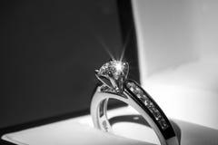 Bague de fiançailles de diamant image libre de droits