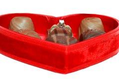 Bague de fiançailles de diamant dans le cadre rouge de coeur Images stock