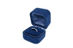 Bague de fiançailles de diamant dans un cadre de velours images stock