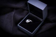 Bague de fiançailles de diamant dans une boîte Photo libre de droits
