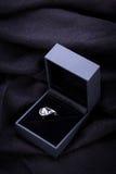 Bague de fiançailles de diamant dans une boîte Image libre de droits