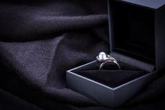 Bague de fiançailles de diamant dans une boîte Photographie stock libre de droits