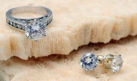 Bague de fiançailles de diamant et boucles d'oreille de diamant Photographie stock libre de droits