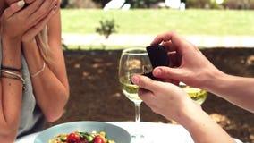 Bague de fiançailles de offre d'homme tout en proposant à la femme clips vidéos