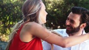 Bague de fiançailles de offre de sourire d'homme tout en proposant à la femme clips vidéos