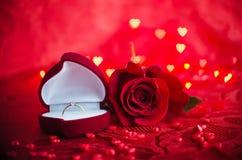 Bague de fiançailles et rose de rouge Photo stock