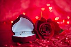 Bague de fiançailles et rose de rouge Image libre de droits