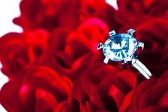 Bague de fiançailles et roses Photos stock
