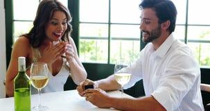 Bague de fiançailles de offre d'homme à la femme 4k banque de vidéos