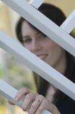 Bague de fiançailles s'usante de jeune femme photo stock