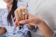 Bague de fiançailles sur la main de la femme Photographie stock libre de droits