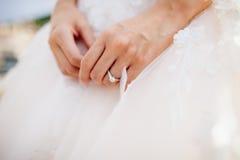 Bague de fiançailles sur la main du ` s de jeune mariée Image stock