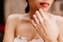 Bague de fiançailles sur la main du ` s de jeune mariée Photos libres de droits