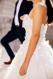 Bague de fiançailles sur la main du ` s de jeune mariée Photographie stock