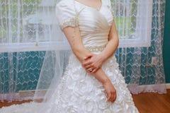 bague de fiançailles sur le doigt de la jeune mariée Image stock