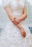 bague de fiançailles sur le doigt de la jeune mariée Image libre de droits