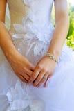 bague de fiançailles sur le doigt de la jeune mariée Photographie stock libre de droits