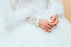 bague de fiançailles sur le doigt de la jeune mariée Images stock