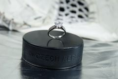 Bague de fiançailles sur le galet d'hockey avec le ` de République Tchèque de ` d'inscription sur le fond ARGENTÉ Photo stock