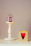Bague de fiançailles sur un piédestal sous le chapeau en verre Photographie stock
