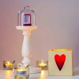 Bague de fiançailles sur un piédestal sous le chapeau en verre Photo stock