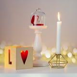 Bague de fiançailles sur un piédestal sous le chapeau en verre Photographie stock libre de droits