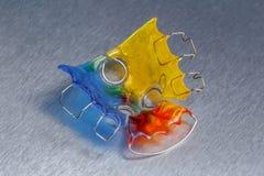 Bagues dentaires ou arrêtoir colorées pour des dents sur le fond de metall Image libre de droits