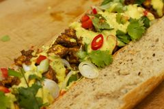 Baguette με την τηγανισμένη σάλτσα κοτόπουλου και κάρρυ Στοκ Εικόνες