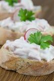 Baguette με τη σαλάτα λουκάνικων Στοκ Φωτογραφίες