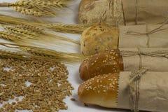 Baguette τέσσερα που τυλίγεται στο έγγραφο που δένεται με το σχοινί Σίτος, κριθάρι α Στοκ Εικόνα