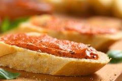 Baguette το ντομάτα-βούτυρο που διαδίδεται με Στοκ Φωτογραφίες