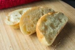 Baguette affettate sul tagliere con la fine del panno su Fotografia Stock