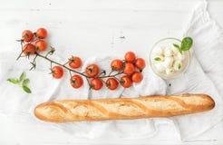 Baguette avec le banch du fromage de cerise-tomates, de basilic et de mozzarella Image stock