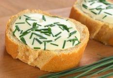 Baguette avec le fromage fondu et la ciboulette Photo stock