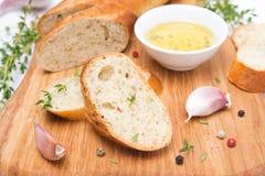 Baguette avec les herbes, l'huile d'olive, les épices et l'ail Photo stock
