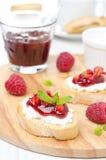 Baguette brindado com queijo creme, doce de framboesa, framboesa Fotos de Stock Royalty Free