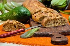 Baguette com abacate e alface no quadro-negro da cozinha Imagem de Stock Royalty Free