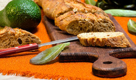 Baguette com abacate e alface no quadro-negro da cozinha Fotografia de Stock Royalty Free