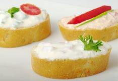 Baguette com propagação de queijo de creme Foto de Stock Royalty Free
