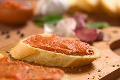 Baguette com propagação do tomate Imagens de Stock