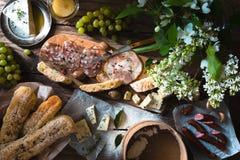 Baguette com tempero diferente e aperitivos na opinião superior do fundo de madeira Imagens de Stock
